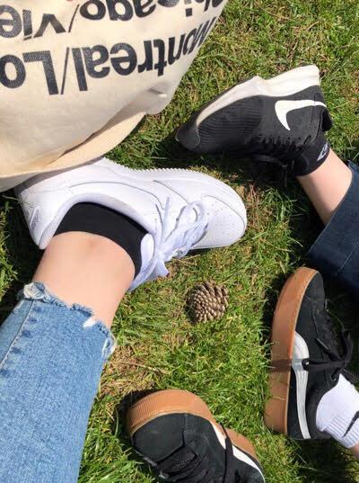 ハイパーク私と友達の足.jpg